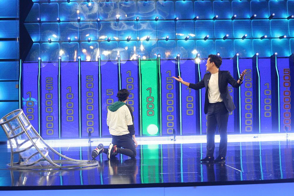 Jun Phạm mừng rỡ ôm chầm Trường Giang vì thắng hơn 100 triệu đồng