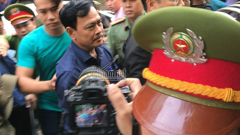Ông Nguyễn Hữu Linh đến tòa trong 'hàng rào' bảo vệ dày đặc