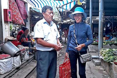 Hành động lạ của vị quản lý khi gặp chị em xách làn đi chợ