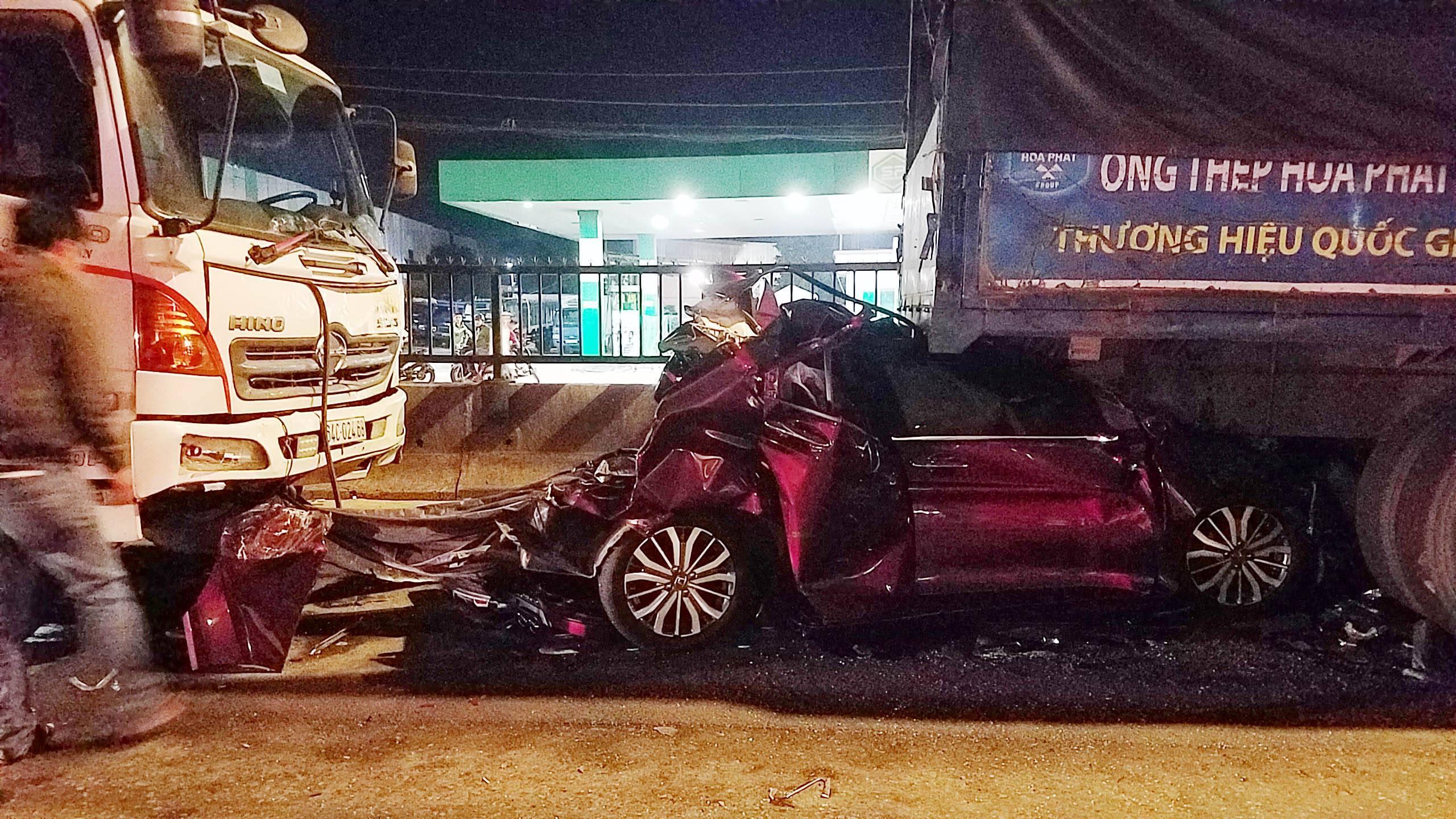 Tông dồn toa, xe con chở cả nhà lọt gầm xe tải trên đường Sài Gòn