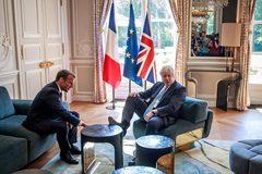 """Bức ảnh khiến tân Thủ tướng Anh """"hứng bão"""" khi lần đầu thăm Pháp"""