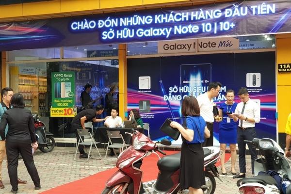 Galaxy Note 10 đã bán tại VN, xếp hàng giữa đêm chờ nhận máy