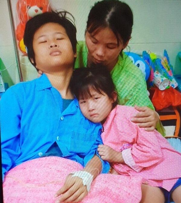 Trao hơn 57 triệu đồng đến gia đình có 2 con bị ung thư