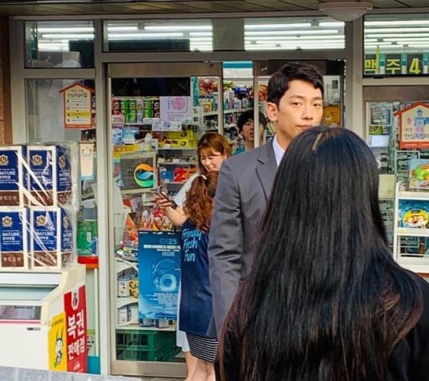 Bi Rain gầy gò, tiều tụy trước lúc Kim Tae Hee sinh con