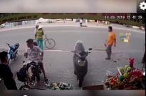 Clip: Xe máy không người lái lao thẳng vào cửa hàng khiến người xem 'đứng hình'
