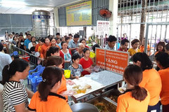 Club gives free meals to poor patients