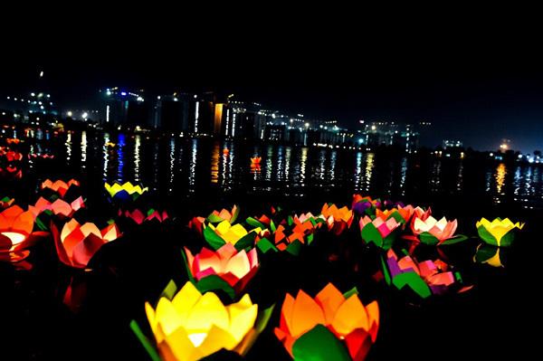 Thả đèn hoa đăng- nét văn hóa mới ở Thành phố biển hồ Vinhomes Ocean Park