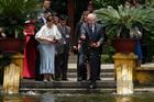 Thủ tướng Australia và phu nhân bên ao cá Bác Hồ