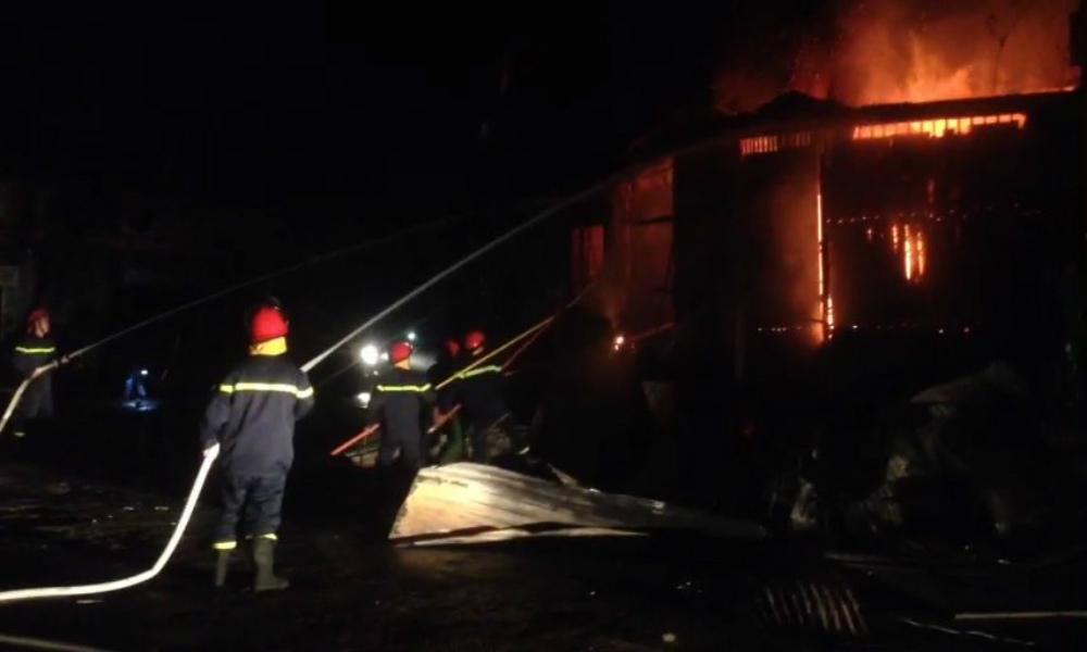 Trăm cảnh sát cứu 2 căn nhà bốc cháy nơi ngã tư ở Đắk Lắk