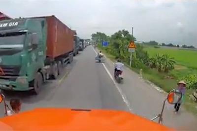 Tài xế xe container hành xử đẹp với bà cụ qua đường ở Hưng Yên