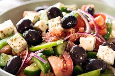 Tự làm salad kiểu Hy Lạp đẹp và lạ cho buổi tụ tập cuối tuần
