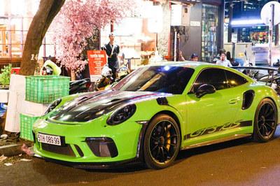 Siêu xe Porsche 911 GT3 RS màu xanh lá độc nhất xuống phố Sài Gòn