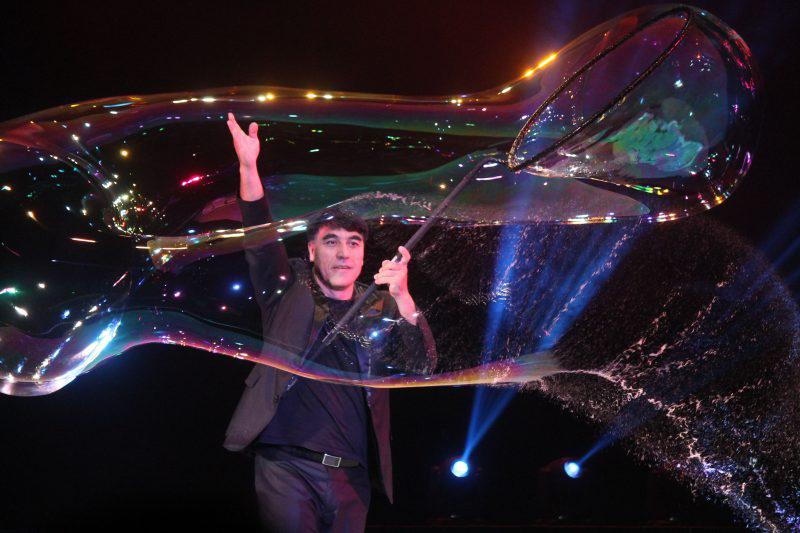 World famous bubble artist Fan Yang opens $3mil. performance center in Hanoi