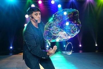 World famous bubble artist Fan Yang opens bubble performance center in Hanoi