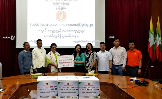 Vietnamese in Myanmar support flood-hit residents in Mon state
