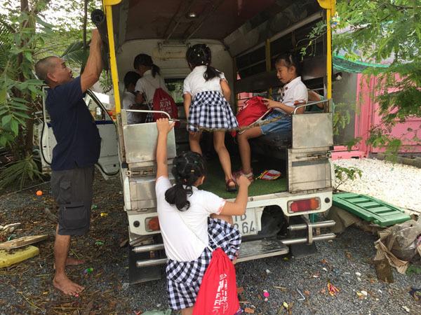 Ông Bùi Công Hiệp, giám đốc cơ sở chuẩn bị xe đưa các bé đi học Anh văn. Ảnh: Trần Chánh Nghĩa.