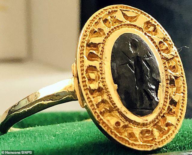 Chiếc nhẫn cổ bỏ quên 30 năm, bất ngờ định giá hơn 280 triệu