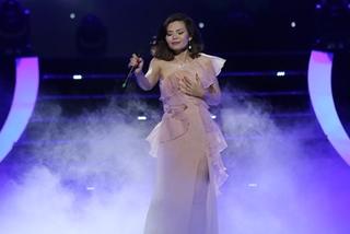 Ngọc Anh vừa hát vừa rớm lệ trong liveshow 'Mùa thu giấu em'