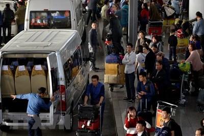 Nữ 'cò mồi' xe khách nhổ bọt vào mặt an ninh sân bay Nội Bài