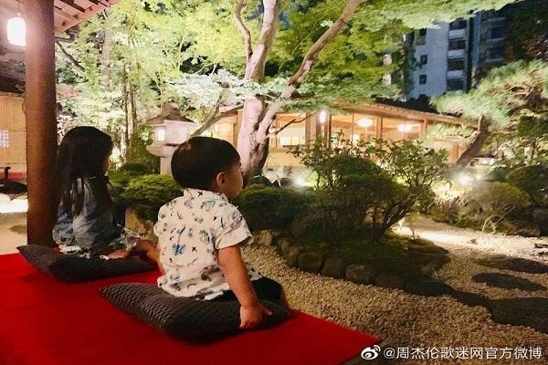 Châu Kiệt Luân hạnh phúc chia sẻ hình ảnh gia đình tại Nhật Bản