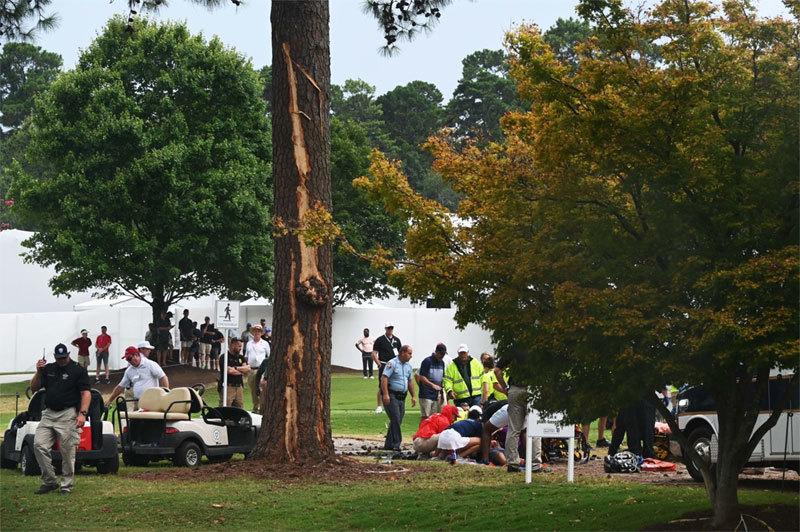 Kinh hãi sét đánh trúng sân golf khiến nhiều người bị thương