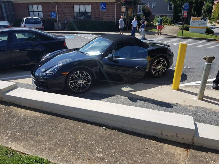 Nghịch dại dán tờ giấy 'xe có bom', chủ xe Porsche bị bắt giữ