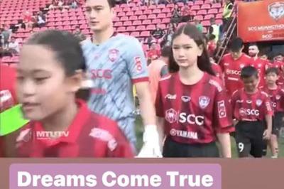 Em gái Văn Lâm nắm tay anh ra sân trong trong trận đấu của Muangthong