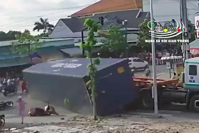 Thùng container rơi đè người đi đường, chẳng thể xử lý tài xế