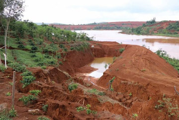 Dak Lak authorities vow to find cause of land collapse near aluminum factory