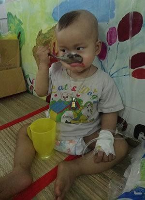 Bé trai sống mòn mỏi vì căn bệnh ung thư