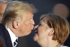 Video ông Trump 'chu môi' hôn Thủ tướng Đức Merkel