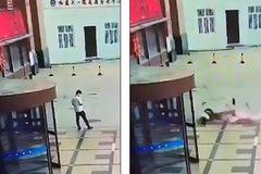 Gặp họa vì bị người nhảy lầu tự tử rơi trúng