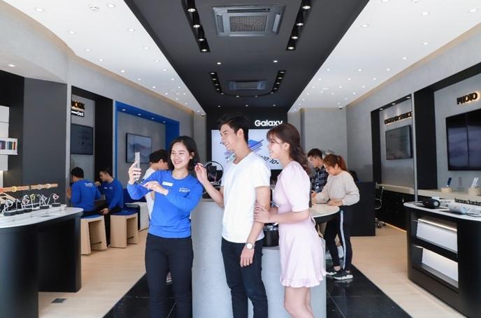 Gian hàng Samsung Experience Store được trang bị tiện nghi '5 sao'