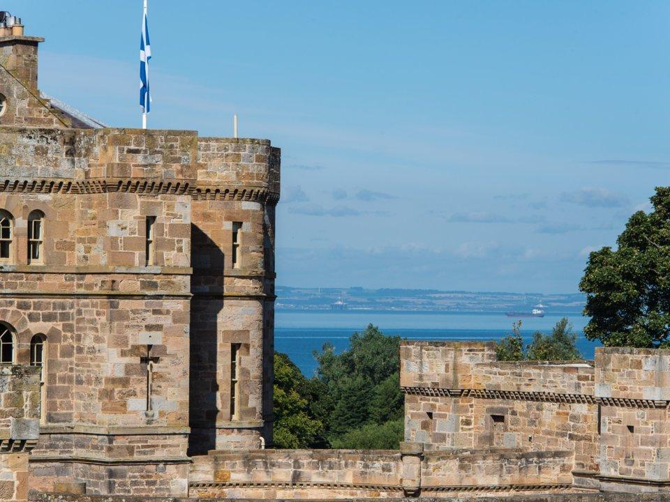 Lâu đài cổ hơn 200 tỷ có cả quán bar, sân bay trực thăng
