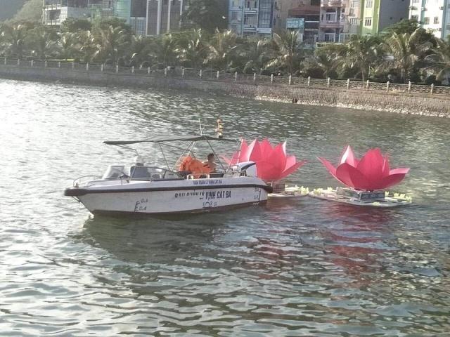 Thả 3 vạn hoa đăng nhựa xuống biển Cát Bà là để 'bảo vệ môi trường'