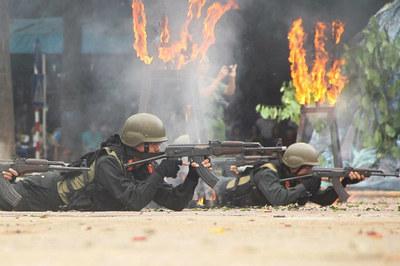 CSCĐ trang bị súng chống tăng diễn tập giải cứu con tin khỏi khủng bố