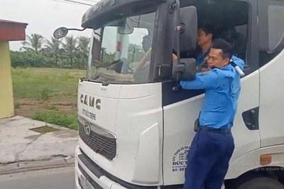 Thanh tra giao thông Hải Phòng đánh đu, xe quá tải bỏ chạy 3km