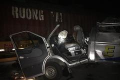 Xe khách biến dạng khi đâm xe container ở Hưng Yên, 14 người bị thương