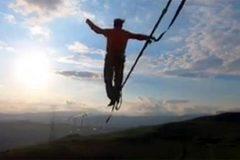 Xem người đàn ông đi trên dây giữa trời gió giật mạnh