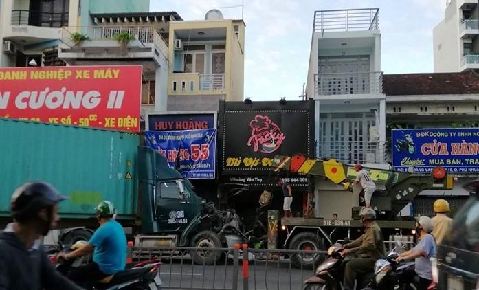 Xe container 'xé toạc' 2 cửa hàng trên đường huyết mạch Sài Gòn