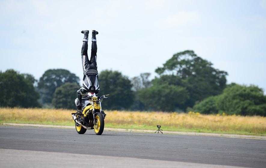 Thót tim xem 'trồng cây chuối' trên xe máy chạy tốc độ cao