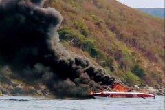 Two injured in canoe blaze in Nha Trang Bay