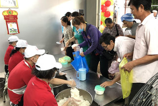 Hospital kitchen serves free meals for patients' families
