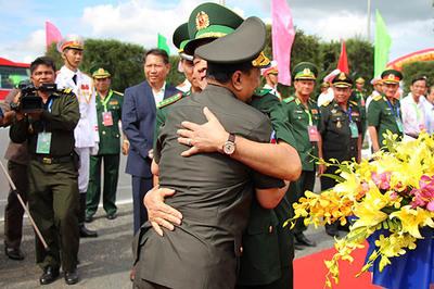Cái ôm chặt của lãnh đạo Quốc phòng Việt Nam và Campuchia