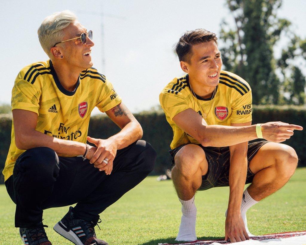 MU lật kèo Alexis Sanchez, Ozil quyết ăn bám Arsenal