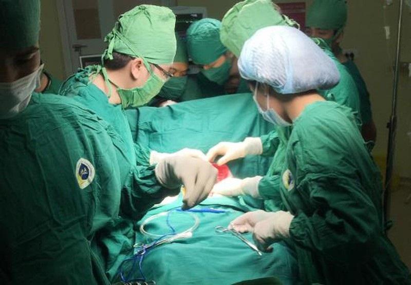 Cứu sống nam thanh niên Sài Gòn bị lưỡi cưa cắt sâu 20cm ngang bụng