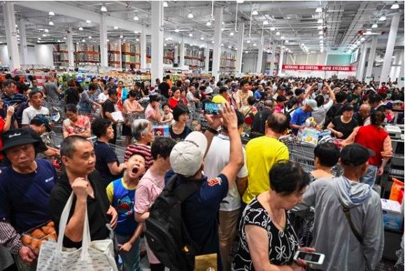 Giữa thương chiến, dân TQ chen nhau vào siêu thị Mỹ mới mở