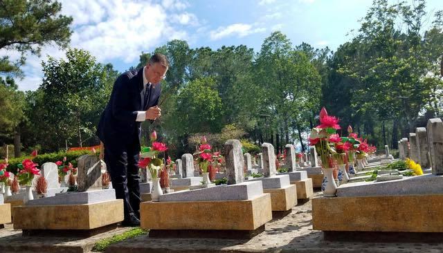 Lần đầu tiên Đại sứ Mỹ thắp hương tại nghĩa trang liệt sĩ Trường Sơn