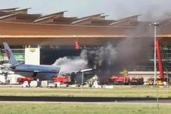 Máy bay TQ cháy, bốc khói mù mịt tại sân bay Bắc Kinh
