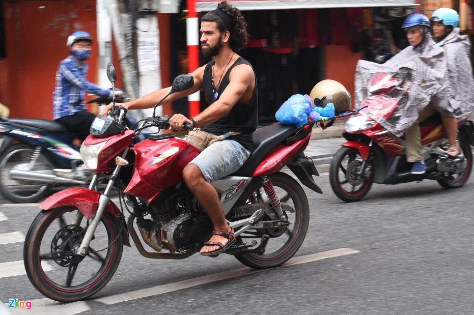 Làm sao phạt được khách Tây thách thức luật giao thông?